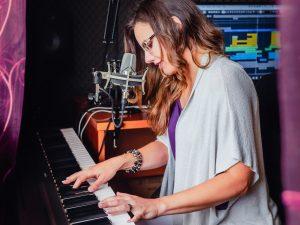 Musicista tocando piano em home estúdio